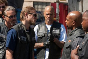 "Charlie Hunnam acts tough on FX's biker drama ""Sons of Anarchy"""
